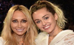 خواننده های زن مشهور هالیوودی در کنار مادرهایشان!