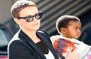 شارلیز ترون به خاطر فرزندان سیاه پوست خود آمریکا را ترک می کند!