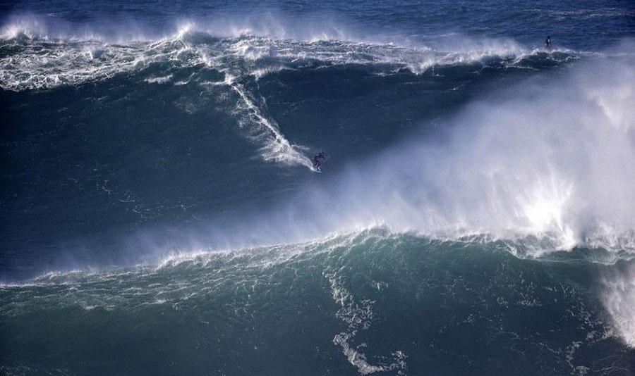 امواج غول آسای کشور پرتغال جاذبه ای بسیار دیدنی که طرفداران زیادی دارد+تصاویر