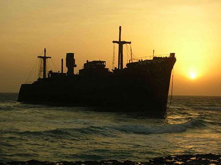 کشتی یونانی به گل نشسته در جزیره دیدنی کیش+تصاویر