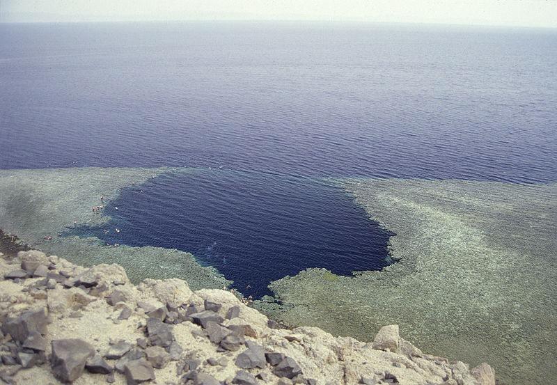 شگفت انگیز ترین گودالهای آبی جهان