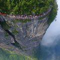 هیجان راه رفتن روی پیاده رو شیشه ای در چین بر کوه تیانمن