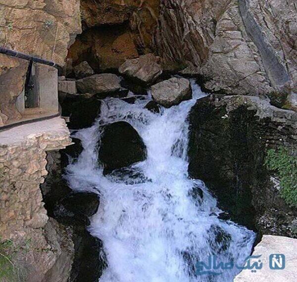 محل خروج آب این چشمه از دل کوه