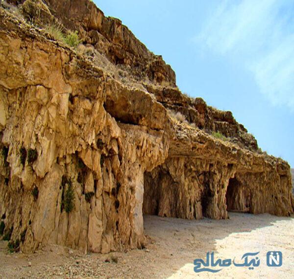 غار سنگتراشان در جنوب شرقی جهرم واقع شده است.