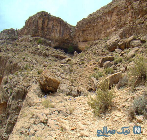 غار وراء در نزدیکی جاده جهرم – لار در استان فارس قرار دارد.