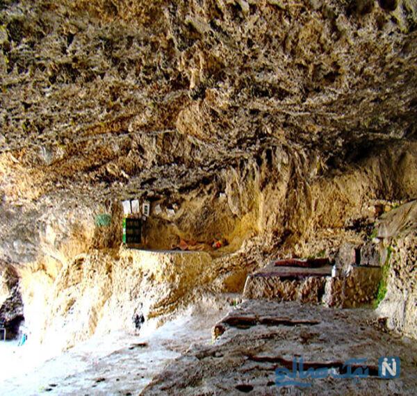 وجود سنگ نوشتههایی با قدمت چهارصد سال در بدنه غار نشان دهنده توجه و علاقه گذشتگان به این مکان است.