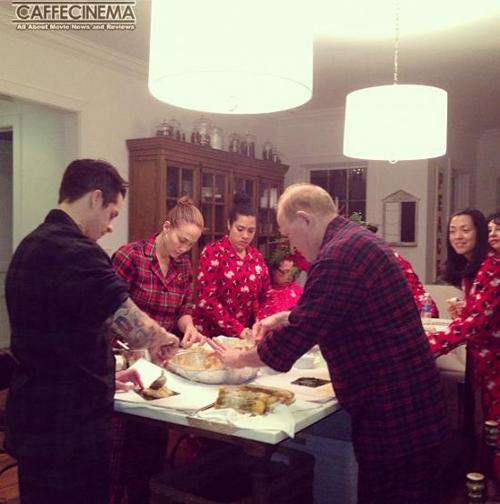 جنیفر لوپز در حال آشپزی شام کریسمس + عکس