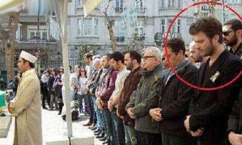 بازیگر مشهور ترکیه در صف نماز جماعت+ تصاویر
