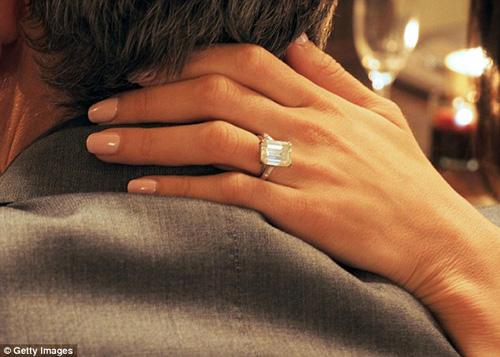 حلقه ۴۵۰ هزار پوندی نامزد کلونی + عکس