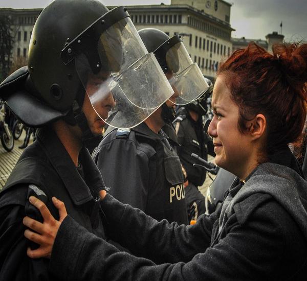 تصویر : همدردی پلیس با مردم بوسنی