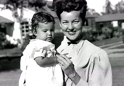 چهره جوان و شگفت انگیز مادر ۸۷ ساله خواننده معروف+عکس