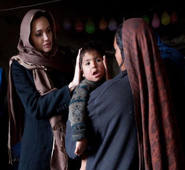 تصویر : پوشش عجیب آنجلینا جولی در افغانستان
