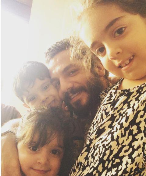 عباس غزالی با برادر زاده و خواهر زاده هایش!+عکس