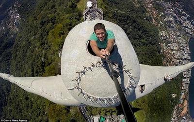 عجیبترین سلفی با مجسمه معروف! + تصاویر