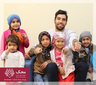 محمد موسوی با کودکان سرطانی محک والیبال بازی کرد + عکس