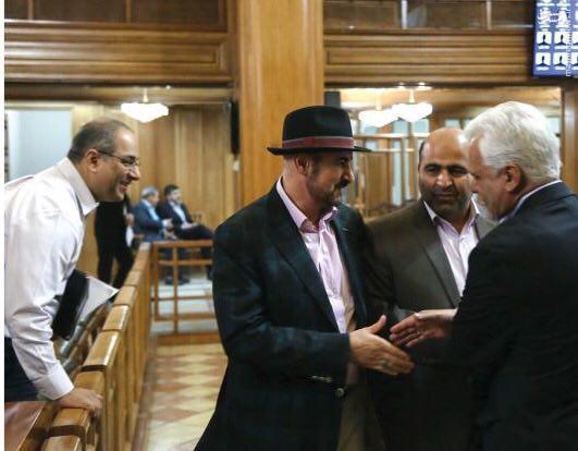 تیپ عجیب خواننده ایرانی در جلسه شورای شهر!+عکس