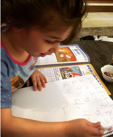 بارانا بهادری در حال مشق نوشتن!+عکس