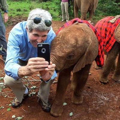 سلفی جان کری وزیر خارجه آمریکا با بچه فیل+تصاویر