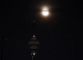 برج میلاد و تلاقی قرص کامل ماه و ایجاد پدیده ابرماه!+تصاویر