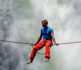 یکی از بلندترین آبشارهای جهان و عبور بندباز حرفه ای از آن را ببینید!