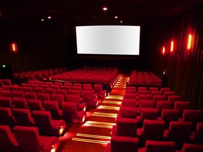 سالن سینما که به صورت شناور روی آب ساخته شده است را ببینید!