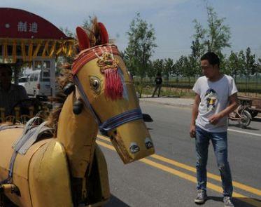 ابتکار جالب یک کشاورز چینی و ساخت یک اسب آهنی!
