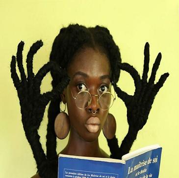 طراح مد آفریقایی که با موهای خود مجسمه های بی نظیر می سازد!