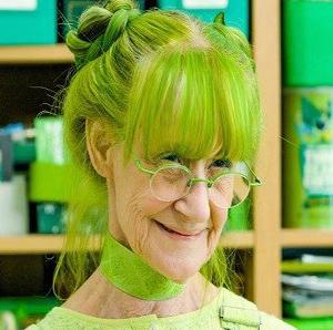 زنی که رنگ سبز تمام زندگی اش را فراگرافته است!