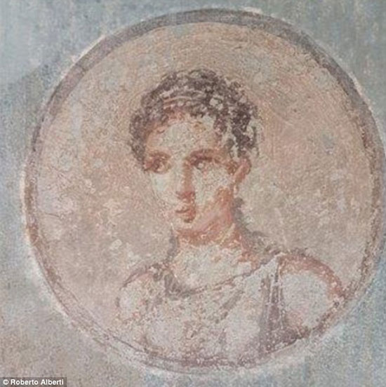پرتره زن زیبای ۲ هزار ساله برروی دیوار خانه ای ویران شده!
