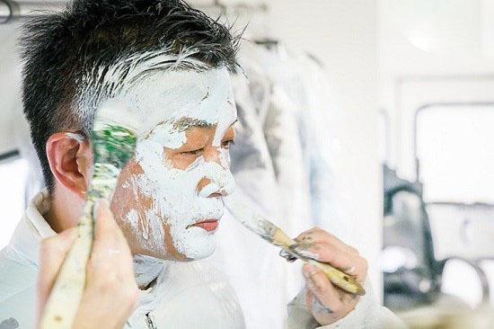 هنرمند چینی که به شکل نامرئی در محیط اطراف پنهان میشود!