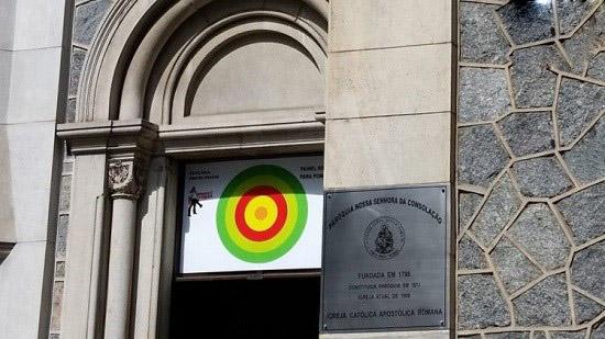 هیپنوتیزم پرنده های مزاحم کلیسا در شهر سائوپولو!
