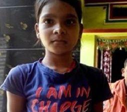 دختر یازده ساله هندی که اشک های پنبه ای می ریزد!