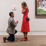 خواستگاری عجیب یک پسر از دختر مورد علاقه اش در موزه!