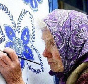 مادربزرگ ۹۰ ساله که روستای خود را به گالری تبدیل کرده است!