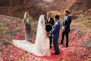 مراسم عروسی در یک دره که با سطح زمین ۱۲۰ متر فاصله دارد!