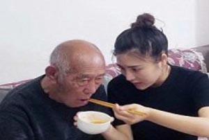 حرکت جالب دختر چینی در روزهای پایانی عمر پدربزرگش!