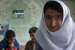 معلم فداکار روستای شیخ کانلو که فقط سه دانش آموز دارد!