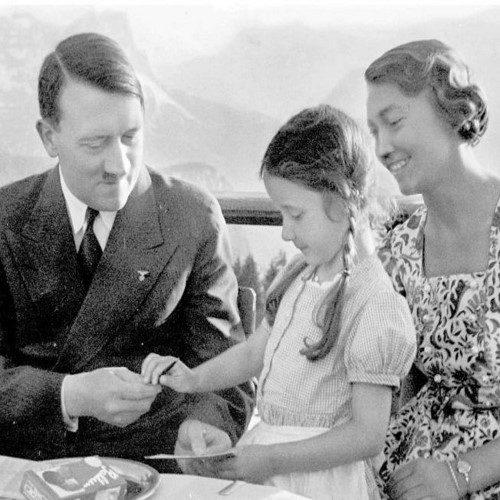 عکس خارج از شان آدولف هیتلر که نمایش آن ممنوع بود!