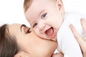 عوارض بوسه بر کودکان را بدانید و نگذارید انها را ببوسند