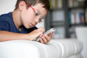 کودکان در طول روز چند ساعت از موبایل استفاده کنند؟