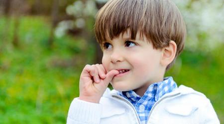 ناخن جویدن کودکان چه دلایلی دارد؟ راه درمان آن چیست؟