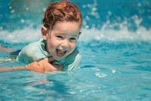 چرا کودک باید قبل از ورود به آب استخر حتما دوش بگیرد؟