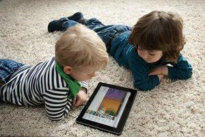 خطر استفاده زیاد از وسایل الکترونیکی برای کودکان