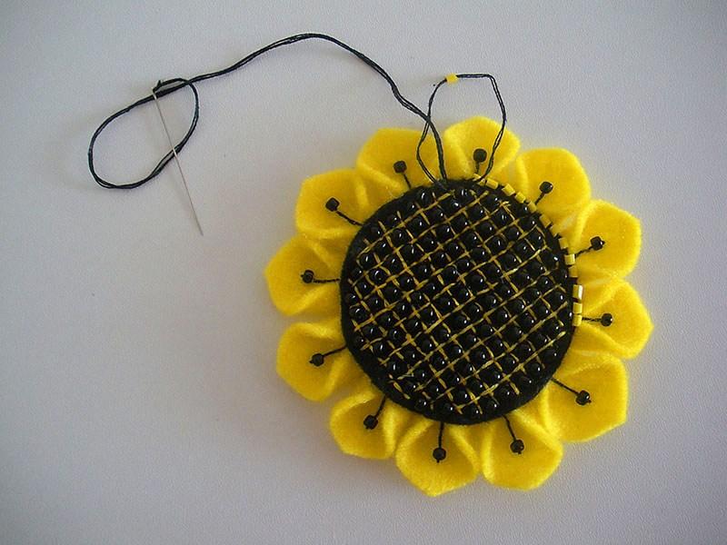 گل نمدی برای روی یخچال آموزش گل آفتابگردان نمدی از زیباترین کاردستی های تزیینی