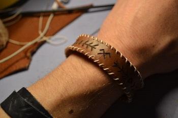 آموزش درست کردن دستبند چرمی ساده و شیک