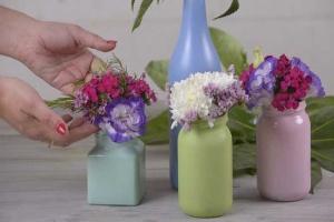 چند گلدان گل شیشه ای بسازید و طراوت را به خانه بیاورید