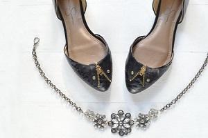 تزیین کفش ساده ی زنانه با زیپ