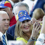 دیدنی های جذاب روز – پنجشنبه ۳۰ خرداد! از سلفی یک زن ونزوئلایی بامایک پنس تا ملکه الیزابت