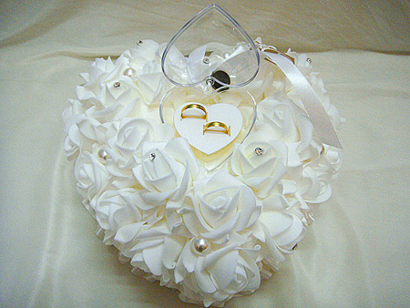 تزیین کوسن با گل و روبان برای حلقه ازدواج سفره عقد+تصاویر