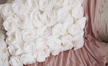 تزیین کوسن با گل های رز نمدی ساده در خانه +تصاویر